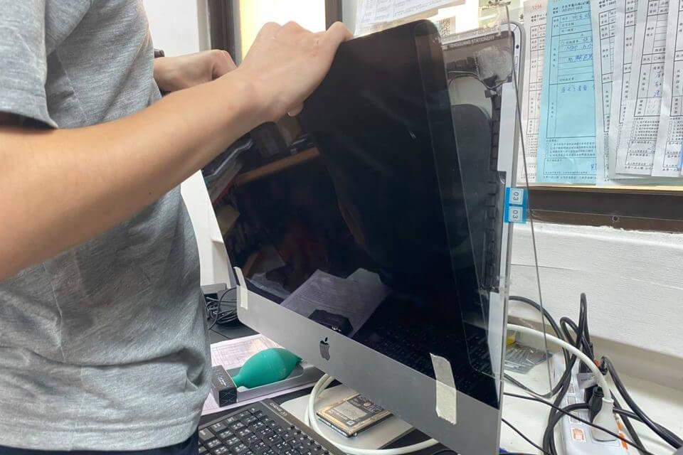 imac升級步驟二:打開面板、排線拔除